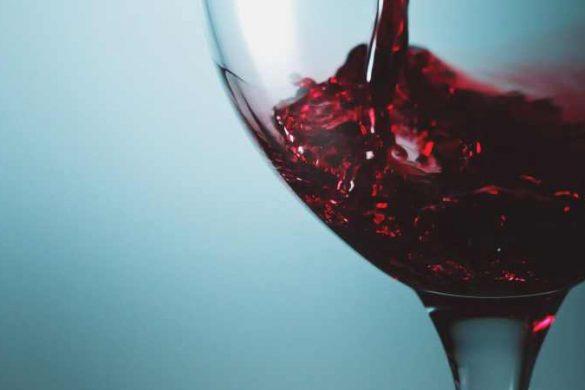 красное вино в бокале-1
