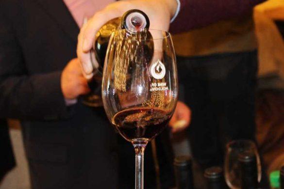наливают вино-1